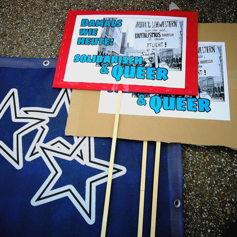 SUQ-Transpi und Schilder für die Demo