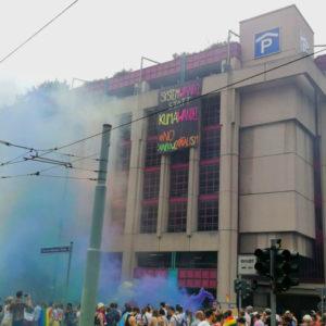 """Kapitalismus tötet! Damals wie heute. Für klimafreundliche Städte, sichere Häfen und eine solidarische Community! (Foto: Banner mit """"Systemwandel statt Klimawandel!"""" an der Konstablerwache bei der CSD Demo in Frankfurt am Main)"""